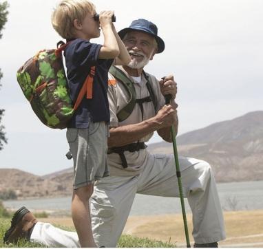 3872-4-abuelos-ensenan-a-los-ninos-a-explorar-la-naturaleza